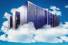 Computer in een bewolkte hemel als symbool voor wolk-gegevens verwerkt Stock Afbeeldingen