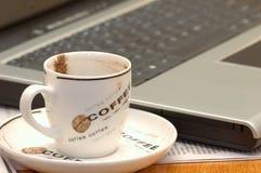 Computer en koffie royalty-vrije stock afbeeldingen