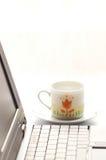 Computer en kop van koffie Stock Foto