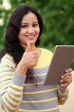 Computer felice della compressa della tenuta della giovane donna ad all'aperto Fotografie Stock Libere da Diritti