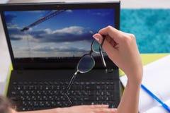computer framed laptop photograph vertically woman working young Στοκ φωτογραφία με δικαίωμα ελεύθερης χρήσης