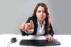 Computer funzionante di persona dura Fotografia Stock