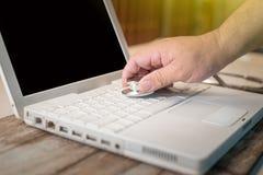 Computer of gegevensanalyse - Stethoscoop over een laptop computer Royalty-vrije Stock Foto