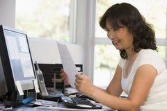 computer home office paperwork woman στοκ φωτογραφία