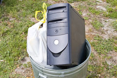 Computer im Abfall stockfotografie