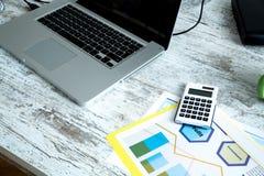 Computer im weißen Hintergrund Lizenzfreies Stockfoto
