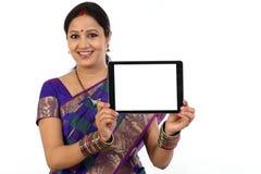 Computer indiano felice della compressa della tenuta della donna Fotografia Stock