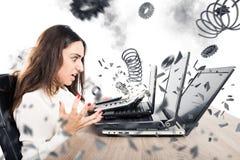 Computer indossati sovraccarichi della donna di affari Fotografia Stock Libera da Diritti