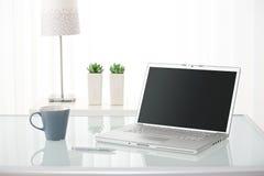 Computer, Kaffeetasse, Lampe und Anlagen Stockbilder