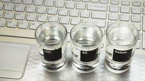 """Computer of laptop het toetsenbord met """"Ctr-alt-Delete† beveelt wat op drie glazen voorstelde royalty-vrije stock foto's"""