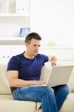 computer laptop man using Στοκ φωτογραφία με δικαίωμα ελεύθερης χρήσης