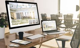 Computer, Laptop, Tablette und Telefon mit Innenarchitekturwebsite am Büromodell stockbild