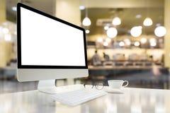 Computer met het lege scherm op lijst met onduidelijk beeldachtergrond Royalty-vrije Stock Foto's