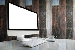 Computer met het lege scherm op lijst met onduidelijk beeldachtergrond Stock Afbeeldingen