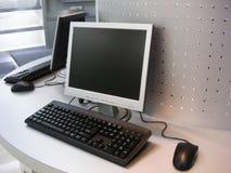 Computer mit flachem Bildschirm Lizenzfreie Stockfotos