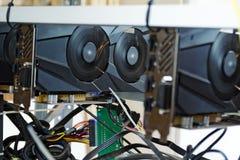 Computer mit grafischen Karten für den Erhalt von bitcoin, ethereum und Stockfotos
