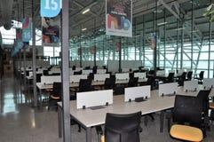 Computer in moderne bibliotheek stock foto