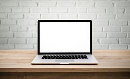 Computer moderno, computer portatile con lo schermo in bianco sul mattone della parete Fotografia Stock