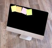 Computer nell'alta definizione con la compressa ed il cellulare su un BAC di legno Immagini Stock Libere da Diritti