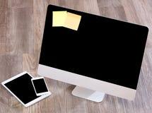 Computer nell'alta definizione con la compressa ed il cellulare su un BAC di legno Fotografia Stock Libera da Diritti
