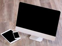 Computer nell'alta definizione con la compressa ed il cellulare su un BAC di legno Fotografie Stock Libere da Diritti