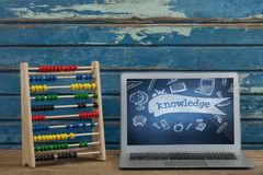Computer op een schoollijst met schoolpictogrammen op het scherm Royalty-vrije Stock Fotografie