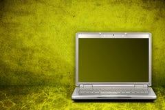 Computer op groene achtergrond stock foto's
