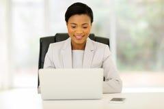 Computer portatile africano dell'uomo d'affari Fotografie Stock