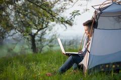 computer portatile all'aperto che usando i giovani della donna Fotografia Stock