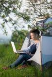 computer portatile all'aperto che usando i giovani della donna Fotografia Stock Libera da Diritti