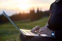 computer portatile all'aperto che usando i giovani della donna Immagine Stock Libera da Diritti