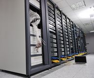 Computer portatile alla stanza della rete del server Fotografia Stock Libera da Diritti