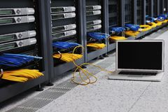 Computer portatile alla stanza della rete del server Immagine Stock Libera da Diritti