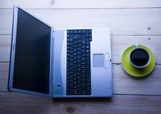 Computer portatile & caffè Immagini Stock