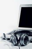 Computer portatile & cuffia Fotografie Stock Libere da Diritti