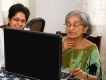 Computer portatile anziano della donna Fotografia Stock