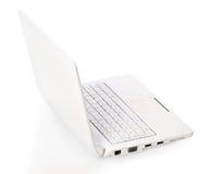 Computer portatile aperto di bianco con lo schermo nero Immagine Stock