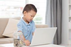 Computer portatile asiatico del computer e del ragazzo Fotografia Stock Libera da Diritti