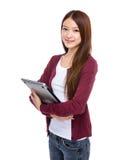 Computer portatile asiatico della tenuta della giovane donna Fotografia Stock