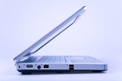 Computer portatile in azzurro fotografie stock libere da diritti
