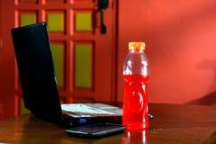 Computer portatile, bevanda in bottiglia di energia e Smartphone Immagine Stock Libera da Diritti