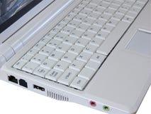 Computer portatile bianco che mostra tastiera bianca Immagini Stock