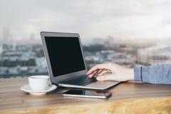 Computer portatile in bianco con la mano Immagine Stock Libera da Diritti