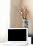 Computer portatile bianco sulla stanza del moder Fotografia Stock