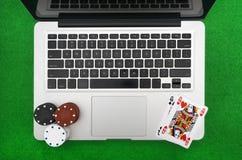 Computer portatile, carte della mazza e chip di mazza Immagini Stock Libere da Diritti