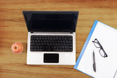 Computer portatile, cartella e mela Fotografie Stock