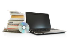 Computer portatile, Cd, libri della pila e scomparti fotografia stock
