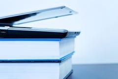 Computer portatile che si trova sui libri fotografia stock