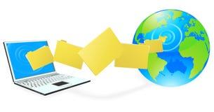 Computer portatile che uploading o che trasferisce gli archivi dal sistema centrale verso i satelliti Fotografie Stock