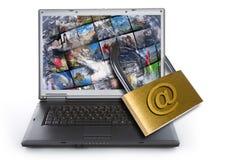 Computer portatile chiuso a chiave con il lucchetto fotografia stock